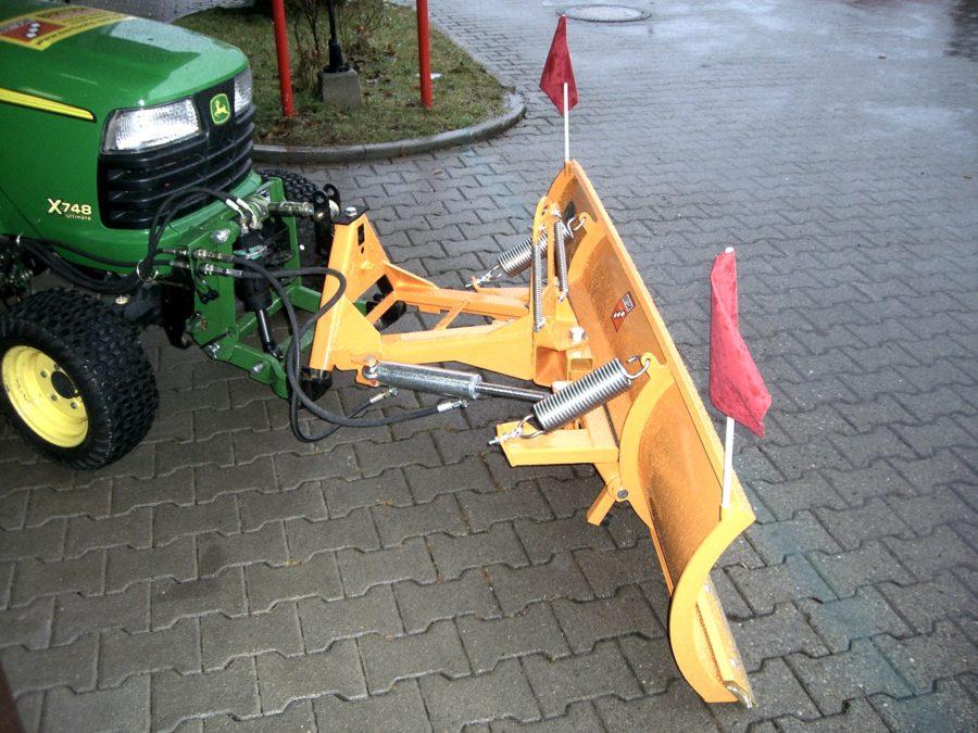 BERTSCHE Leichtschneepflug UL16 an John-Deere Kompaktschlepper