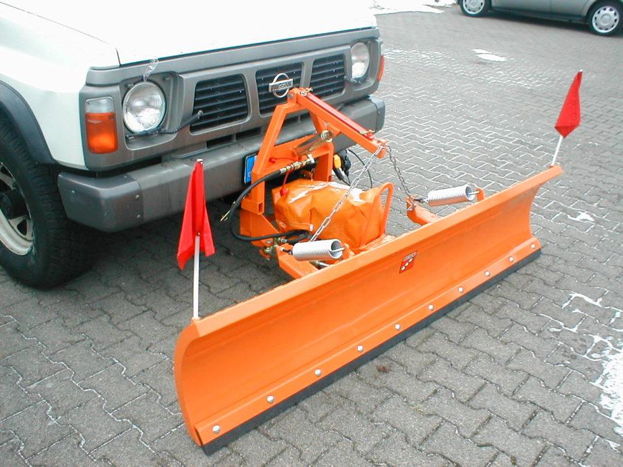 BERTSCHE Leichtschneepflug UL22 an Nissan-Fahrzeug