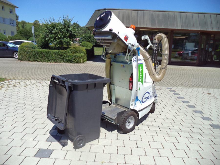 Der GLUTTON® 2411 saugt direkt in eine 240 Liter DIN-Mülltonne