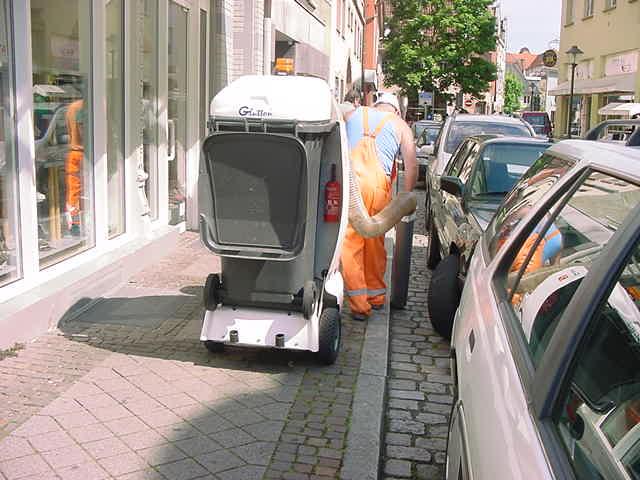Mit dem GLUTTON® sind auch beparkte Straßenränder kein Problem mehr