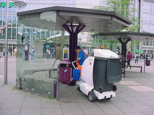 Der GLUTTON® reinigt Sitzecken und Haltestellen
