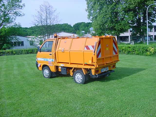 2002: Erster BERTSCHE Leichtmüllverdichter LMP 2,0 auf Piaggio Porter