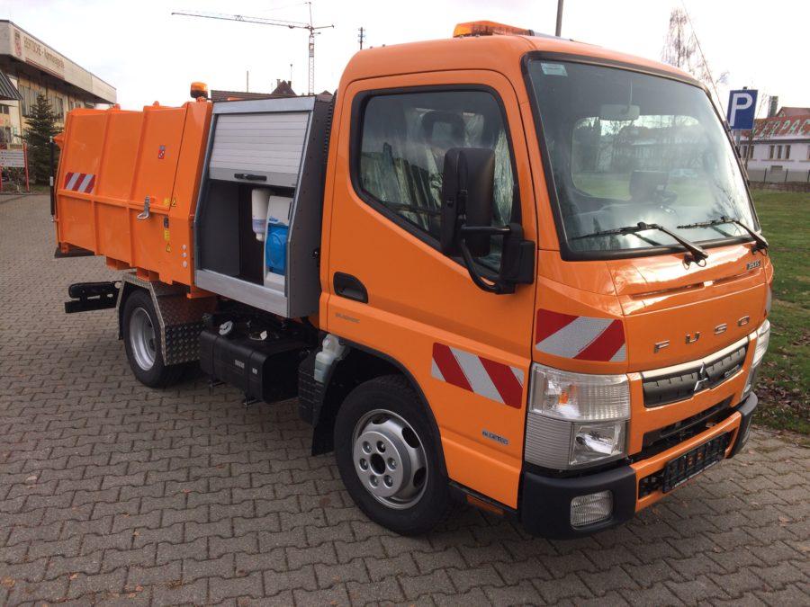 Leichtmüllverdichter/Müllpressaufbau Typ LM3,6 Bertsche Kommunalgeräte; Handwascheinrichtung integriert in Zwischenbehälter; Festaufbau auf Fuso-Canter;