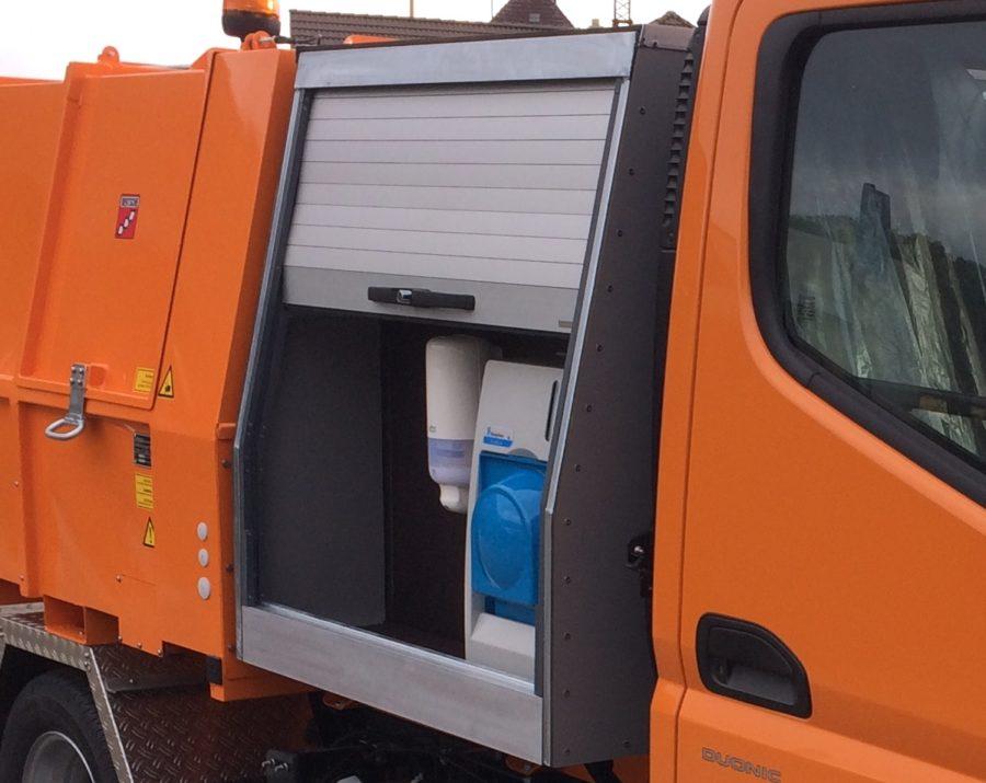 Handwascheinrichtung im Zwischenbehälter LM3,6 Festaufbau auf Fuso-Canter; Bertsche Kommunalgeräte Bräunlingen; Leichtmüllverdichter/Müllpressaufbau Typ LM3,6